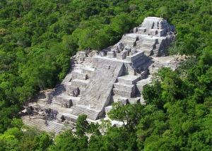 Calakmul-pyramide-Maya-Campeche
